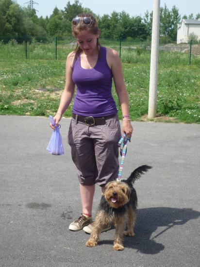 BRAVO ..... une bénévole qui ramasse lors des promenades.